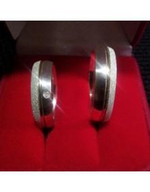 Aliancas de prata diamantadas com filete de ouro